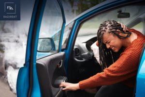 verletzte Frau steigt aus dem Auto aus Unfall
